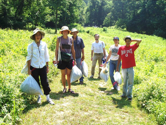 Size_550x415_volunteers