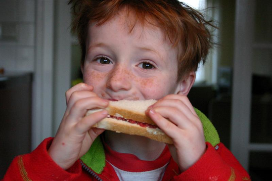 Size_550x415_boy%20with%20sandwich%20%28medium%29