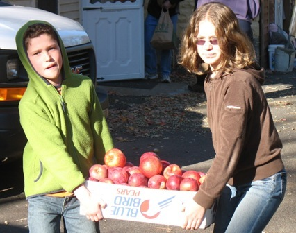 Size 550x415 kids with box of apples cropped 3