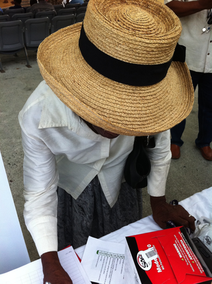 Size 550x415 elderly%20lady%20with%20hat%20at%20hazard%20expo