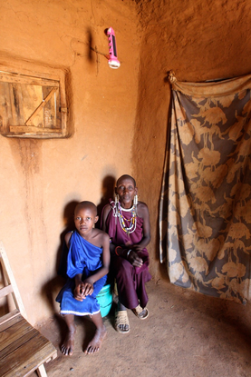 Size 550x415 maasai%20women%20grandmother%20in%20house%20with%20light%20tanzania
