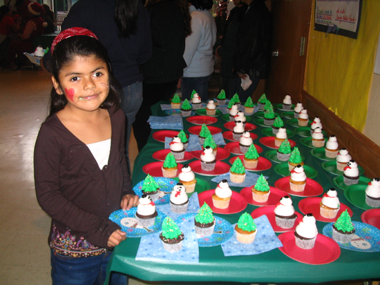 Size 550x415 adorable%20girl%20w cupcakes holiday%20party